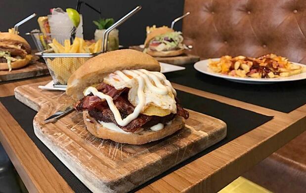 Menú hamburguesa gourmet completo con postre y bebida