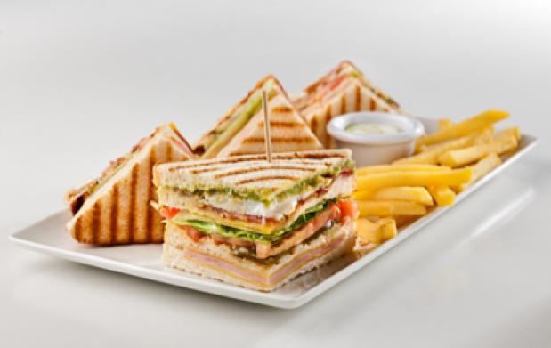 """Menú para 2: Quesadilla o ensalada caprese,hamburguesa """"American Burger"""" o sandwich especial,postre y bebida"""