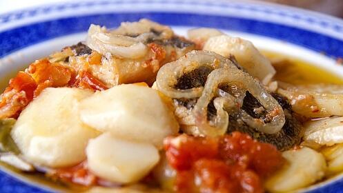 Excelente menú degustación: Croquetas, risotto grelos y setas, bacalao, lágrimas ibéricas, postre, bebida y café