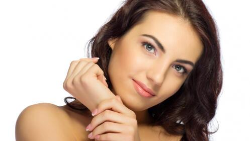 Tratamiento facial con radiofrecuencia Indiba y productos cosmocéuticos de alta gama.