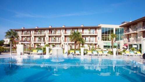 Escapada única de lujo y relax: alojamiento, desayuno, spa, media pensión o tratamientos en Agusta Spa Resort**** Superior.