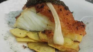 Exquisito menú con aperitivos, lomo de bacalao, carrillera ibérica, bebida, postre y café