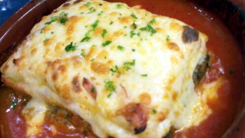 Delicioso menú italiano. Entrante, principal, bebida, postre y café