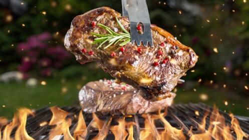 Menú para 2 personas: Ensalada de pulpo, parrillada de carne y flan casero.