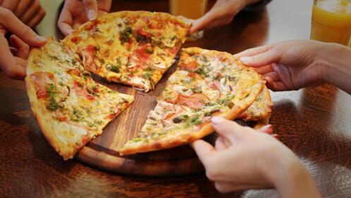 Menú con ensalada buffet, croquetas caseras, pizza y postre casero