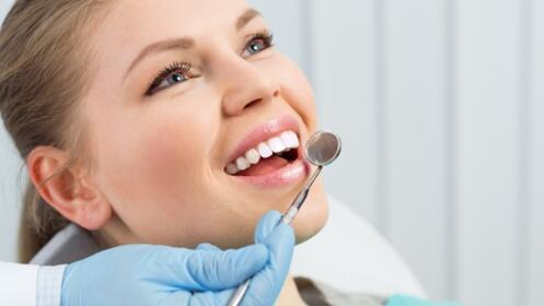 Higiene dental completa con fluoración y valoración de la salud gingival