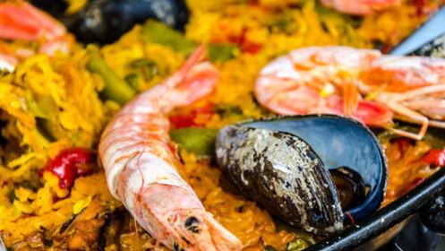 Exquisito menú:  Arroz con marisco, croquetas de marisco y atado de grelos con langostinos