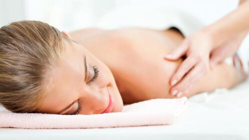 Masaje relajante de espalda con aceite esencia de manzanilla